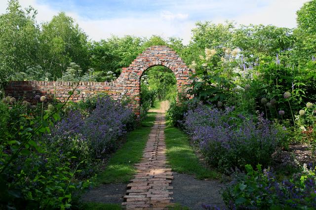 旭川出身のガーデンデザイナー・上野砂由紀さんの自宅の庭園
