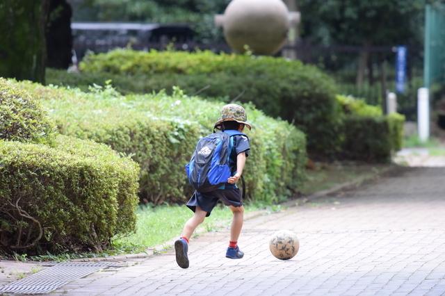 サッカーをする8歳の息子