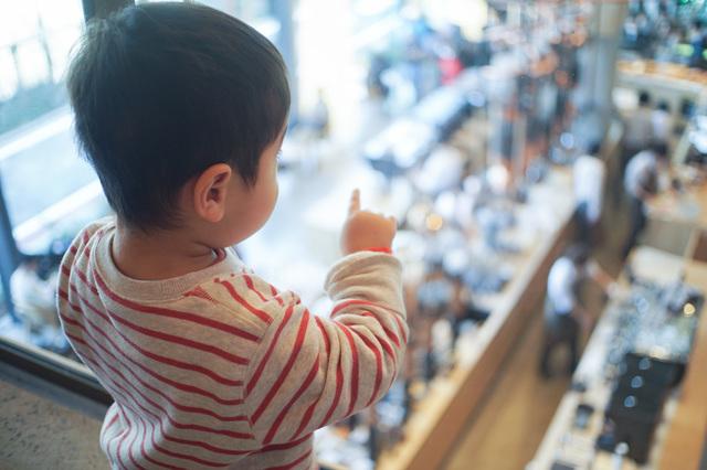 工場見学をする子供