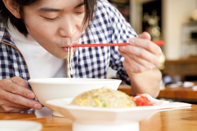 久留米で外食する男