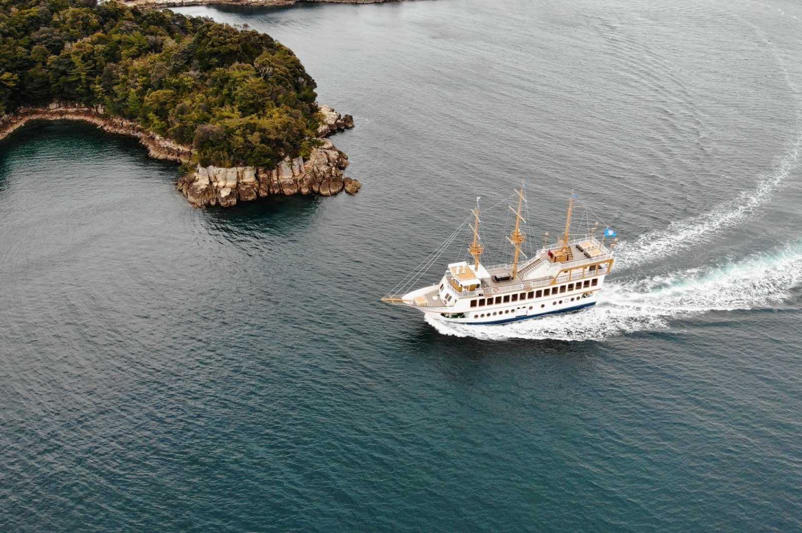 クルーズする遊覧船クイーンパール