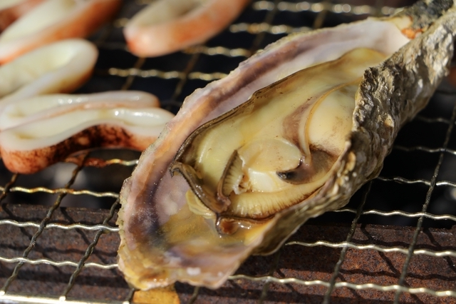 牡蠣の網焼き(マルモ水産 海上かき小屋)