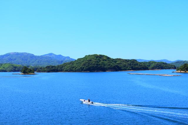 九十九島の前を走る船