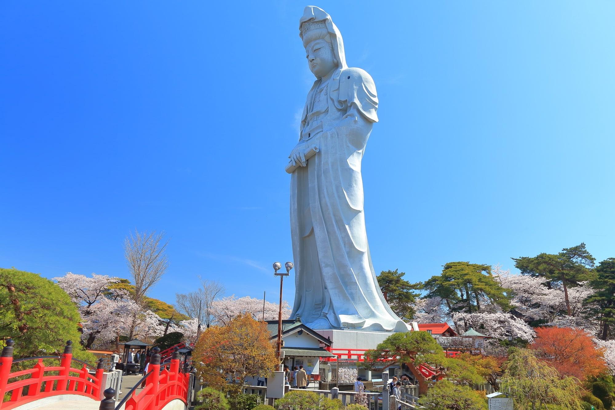 高崎観音山の上に立つ観音像