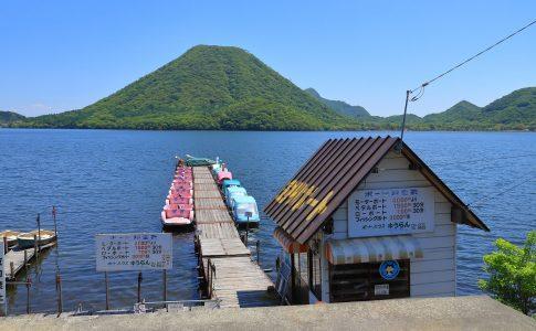 ボートや遊覧船に乗って湖を巡る