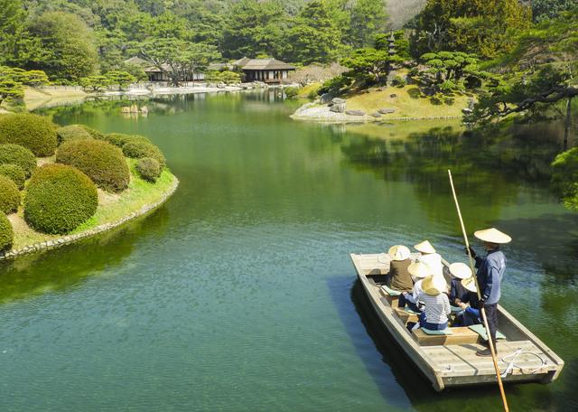 栗林公園を小舟で行く