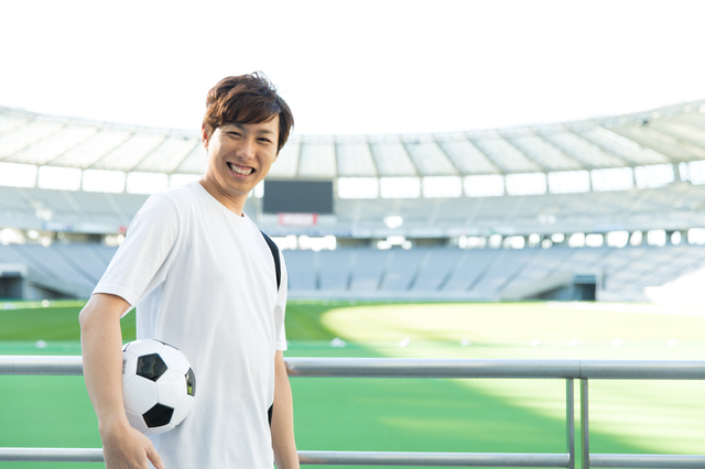 サッカースタジアムに興奮する男性