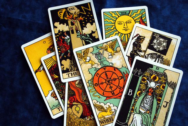 タロットカードは絵札22枚と数札56の合わせて78枚のカードを使用して占います