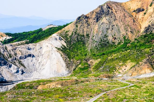 浄土平は、標高1,600mほどの位置にある山(吾妻山)と湿原のスポット