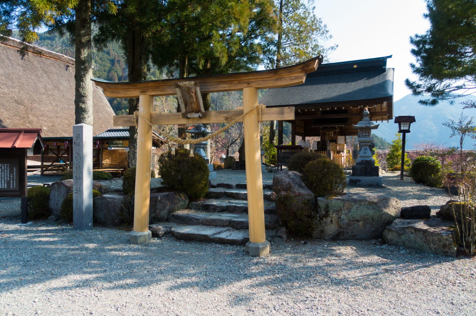 それぞれの建物は売店や食堂、神社、陶芸などの体験ができる工房施設などとして利用