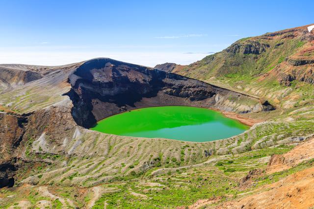 火口湖は、エメラルドグリーンの水面が美しく神秘的