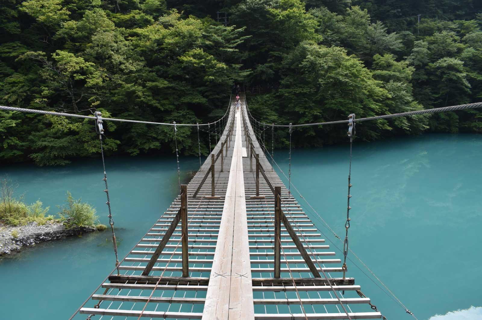 湖の上を渡る長さ90m高さ8mの吊り橋