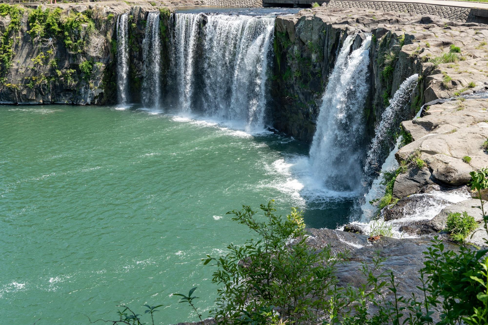 日本の滝の多くは山などの中にある
