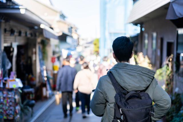 尼崎の街を歩く男性
