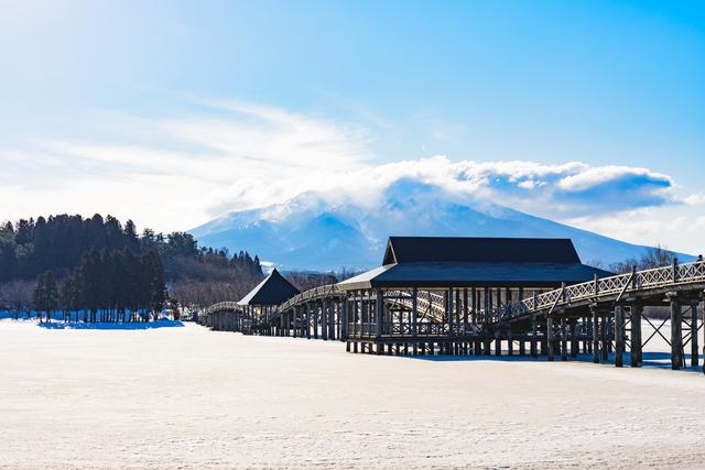 「津軽富士見湖」と「鶴の舞橋」
