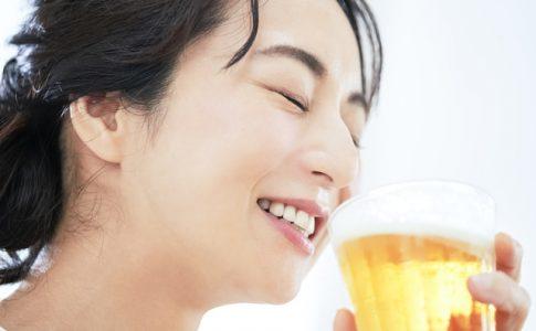 美味しい地ビールを飲む女子旅