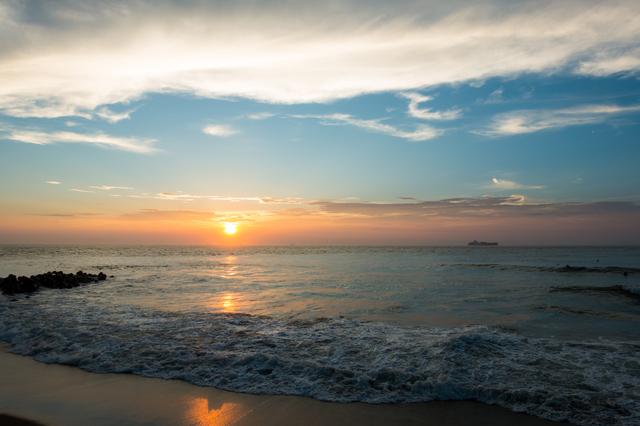 水平線に夕日の沈んで行く様子の美しさ