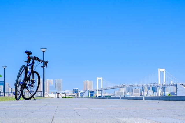 スタイリッシュな自転車に乗って