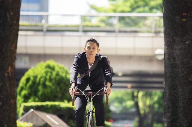スタイリッシュな自転車に乗って、街中を颯爽と駆け抜けていく