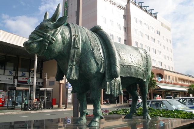 宇和島駅前の牛のオブジェ