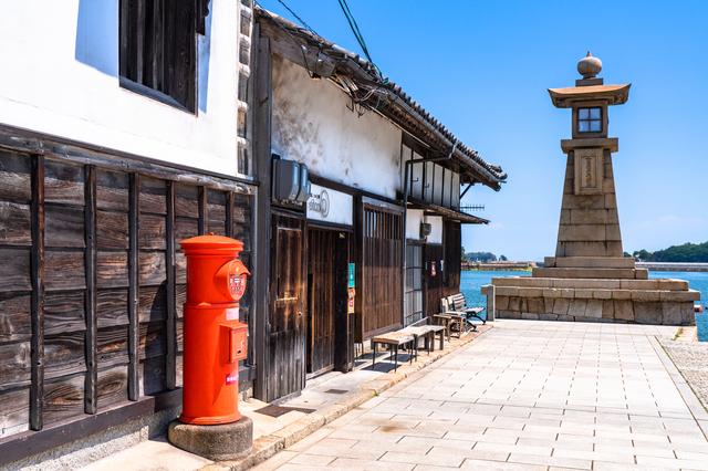鞆の浦の灯篭と郵便ポスト