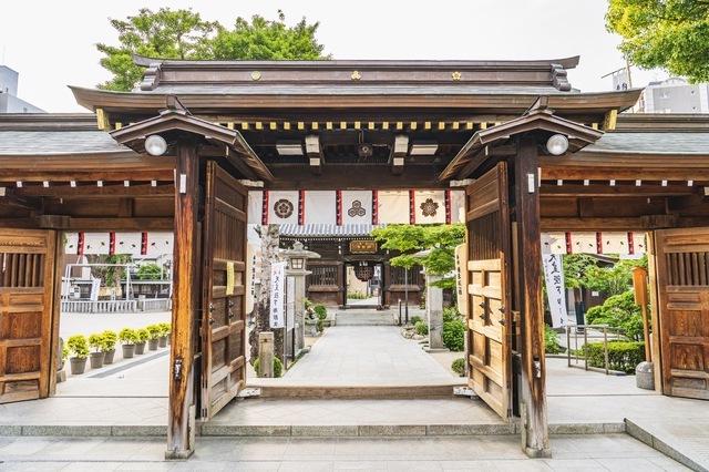 櫛田神社は、博多駅と天神駅のちょうど間