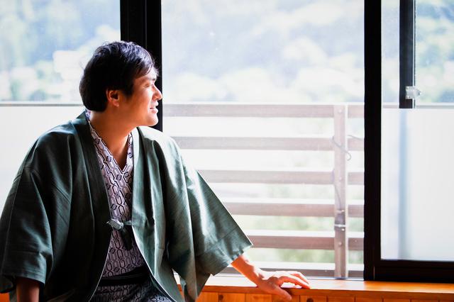 福岡の温泉を楽しむ男性