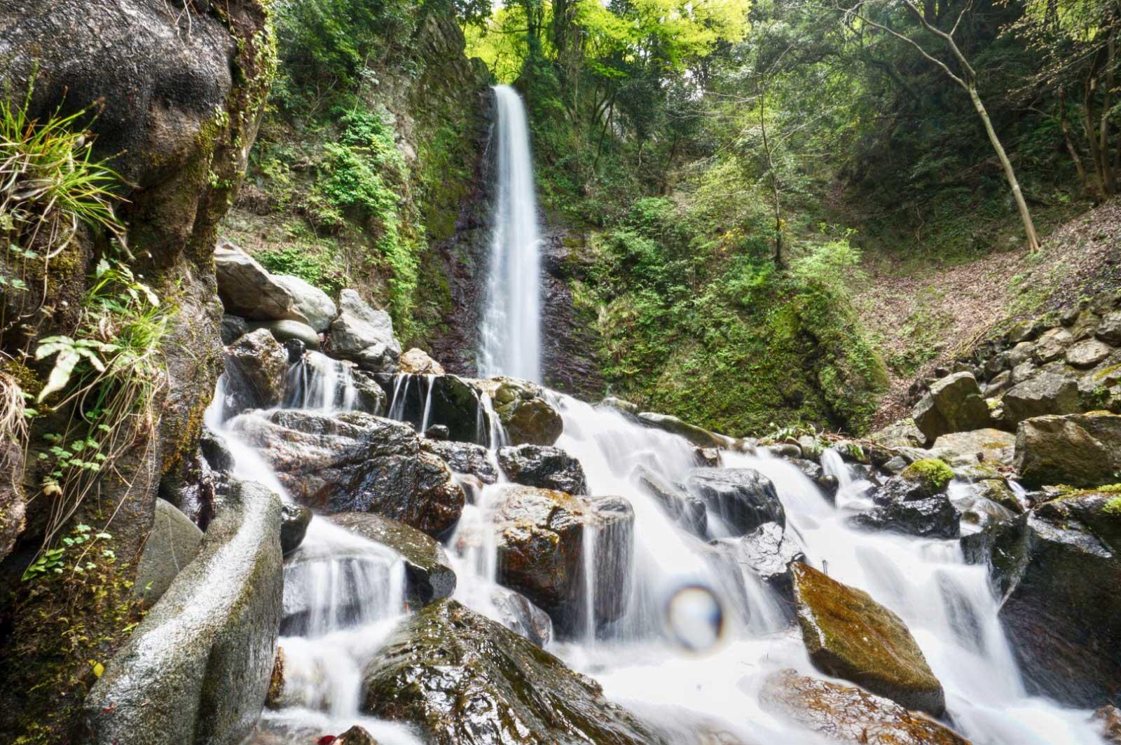 流れ落ちる滝とその周囲の自然の雰囲気が非常にきれい