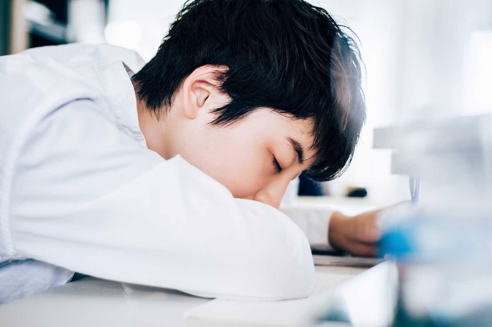 学校で爆睡してる
