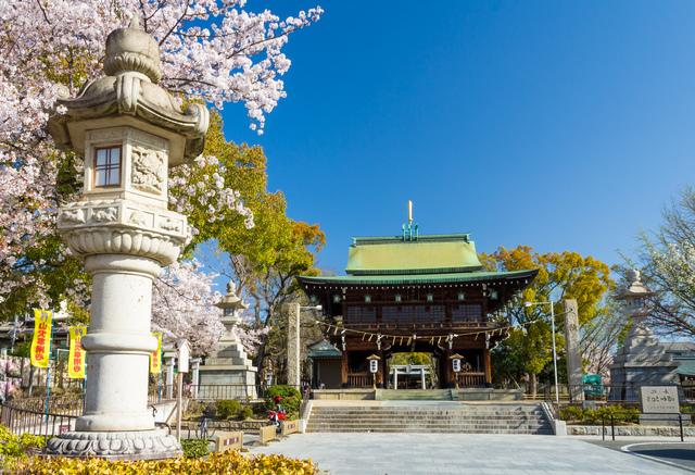 石切劔箭神社の山門と桜