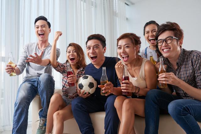 サッカーを応援する人々