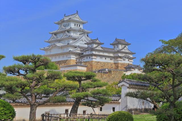 白く輝く姫路城
