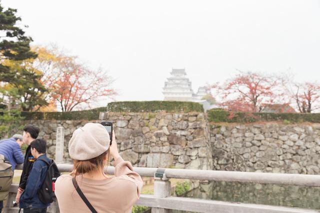 姫路城を見に来た女性