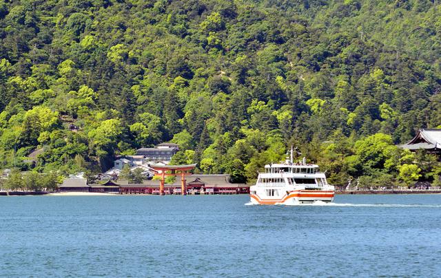厳島神社までは船に10分ほど乗っていく