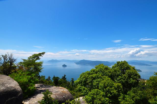美しい瀬戸内海と島々と海を眺める