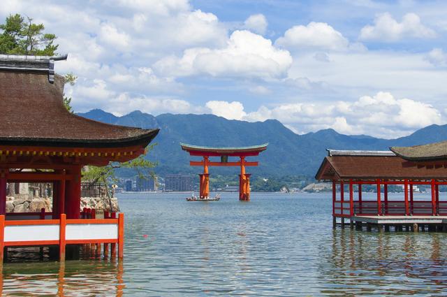 厳島神社は海が満潮時には巨大な鳥居が水辺に浮かんでいる