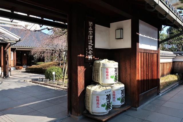 菊正宗酒造記念館に積まれた酒樽