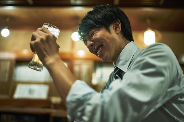 池袋の居酒屋で飲むサラリーマン