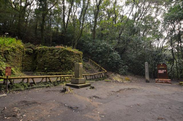 神秘的な雰囲気の寺山炭窯跡