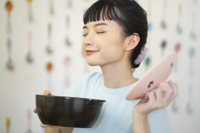 一人暮らしで料理する女性