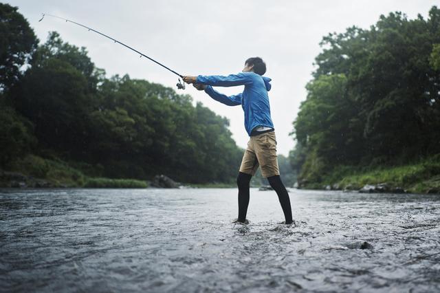 渓谷で釣りをする男性