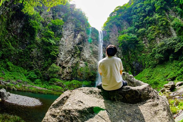滝を見る男性