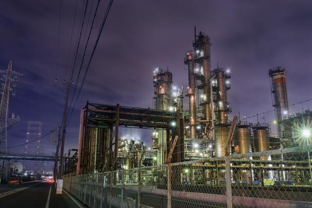 夜の工場の風景