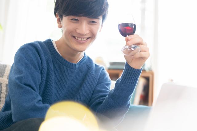 一人でワインを飲む男性