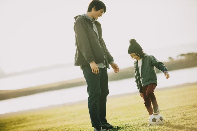 息子と河原でサッカー