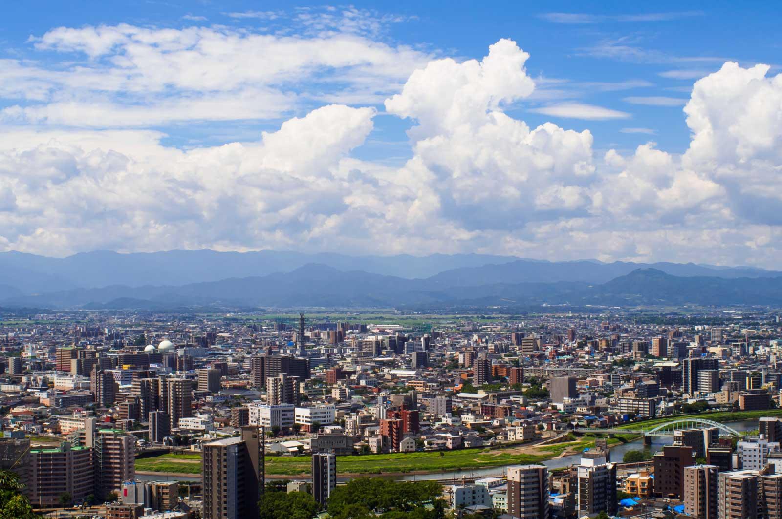 夏の熊本市内の青空