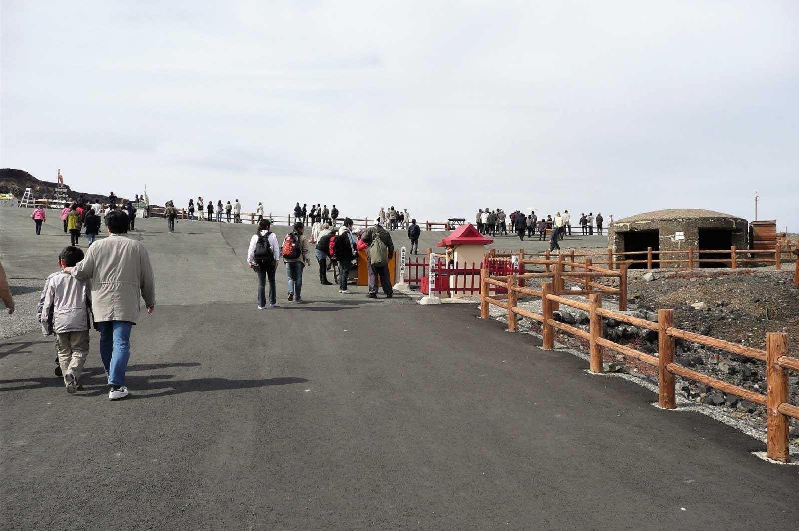 阿蘇の中岳と観光客