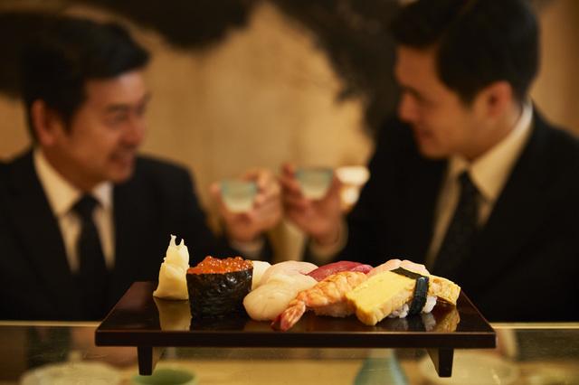 寿司屋でドヤ顔の社長