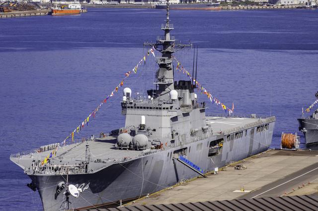 呉の港に停泊する 大型輸送艦しもきた