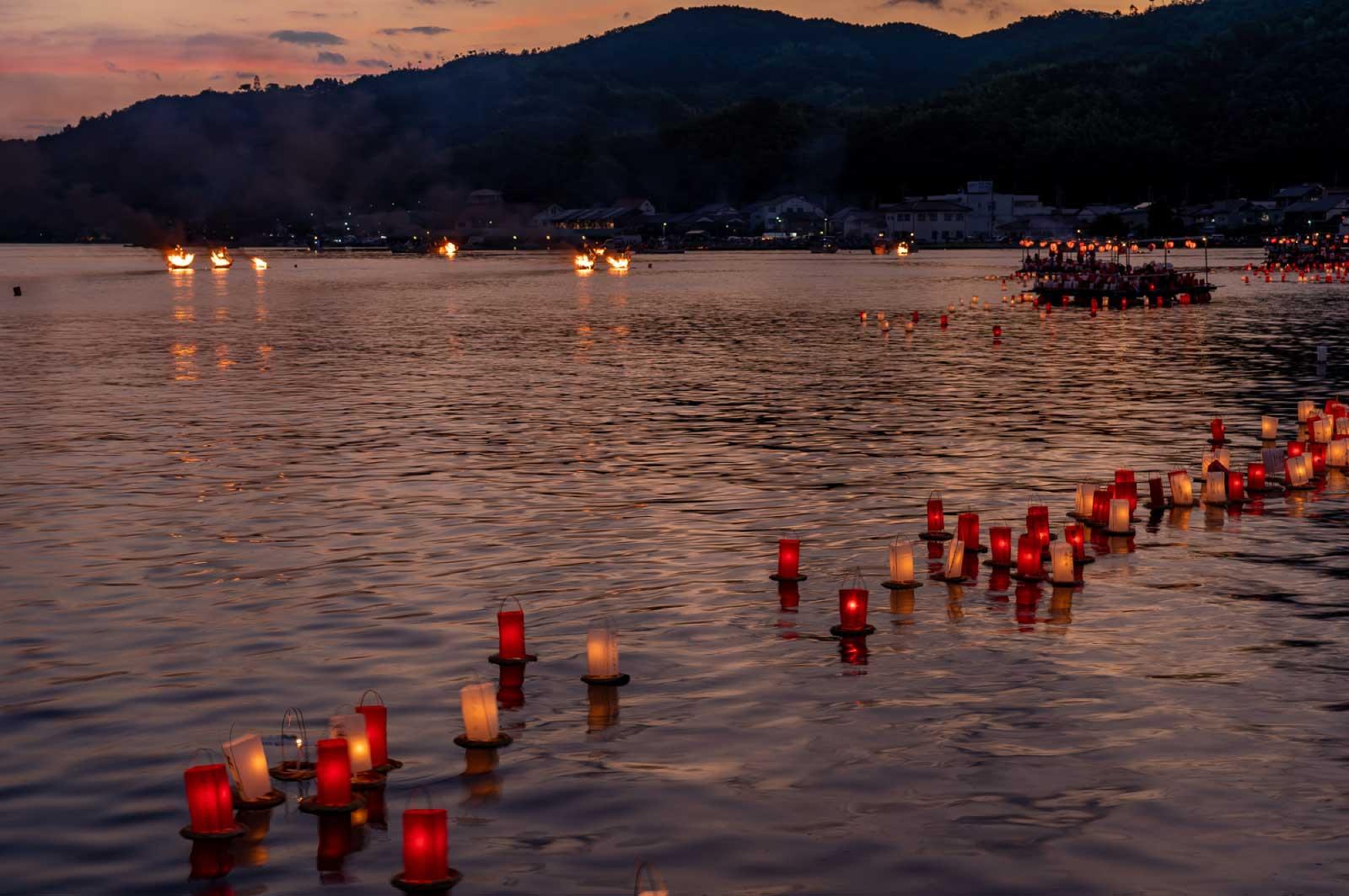 お盆の時期に、死者の魂を弔ってお盆の供え物や灯籠などを川や海に流すという行事